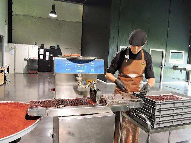 Enrobage des truffes caramel Benoit Nihant