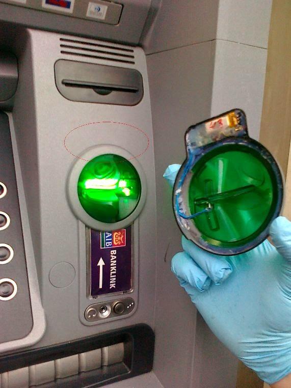 ATM Skimmer que estaba adherido a la ranura de un cajero