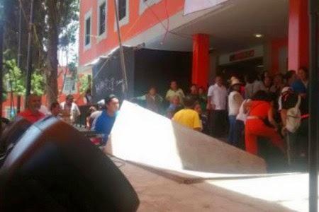 López Obrador se cae de templete