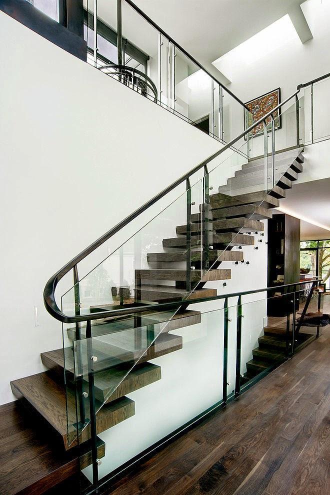 una de las zonas que ms nos han llamado la atencion de la residencia son las escaleras voladas que acompaadas de una barandilla de vidrio te invitan a