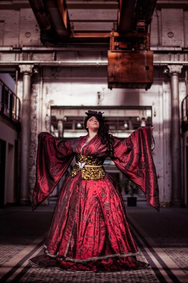 superbe cosplay d'une princesse japonaise dans une usine