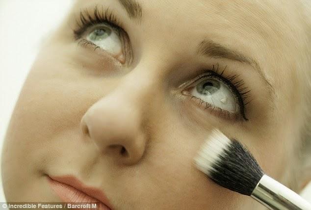 Kristina Kovalevskya merupakan wanita pertama di New York melakukan pembedahan meletakkan platinum di dalam mata.