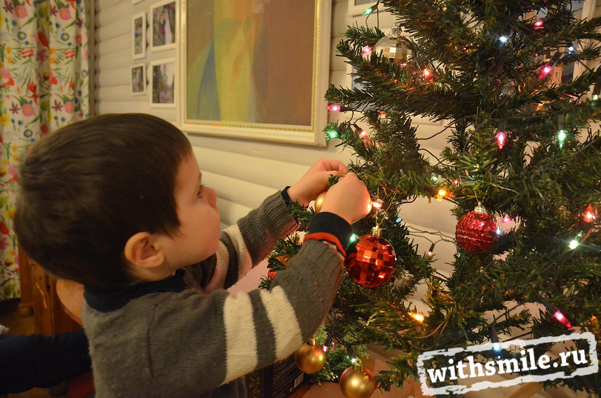 Украшаем елку с детьми