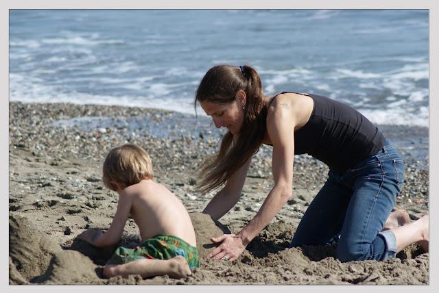 Niño jugando con su mamá