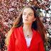 Czerwony żakiet w wiosennej stylizacji