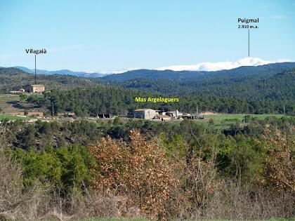 Vista del Mas Argelaguers i de Vilagaià, amb el Puigmal al fons, després de deixar el Mas de les Claperoses