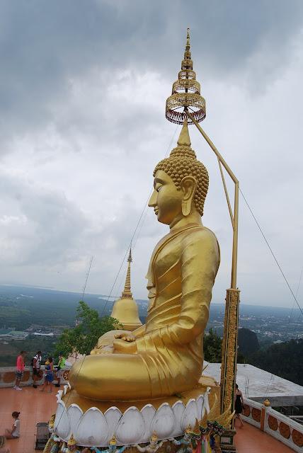 Большой Будда на вершине холма в комплексе Tiger Cave Temple, Krabi, Thailand.