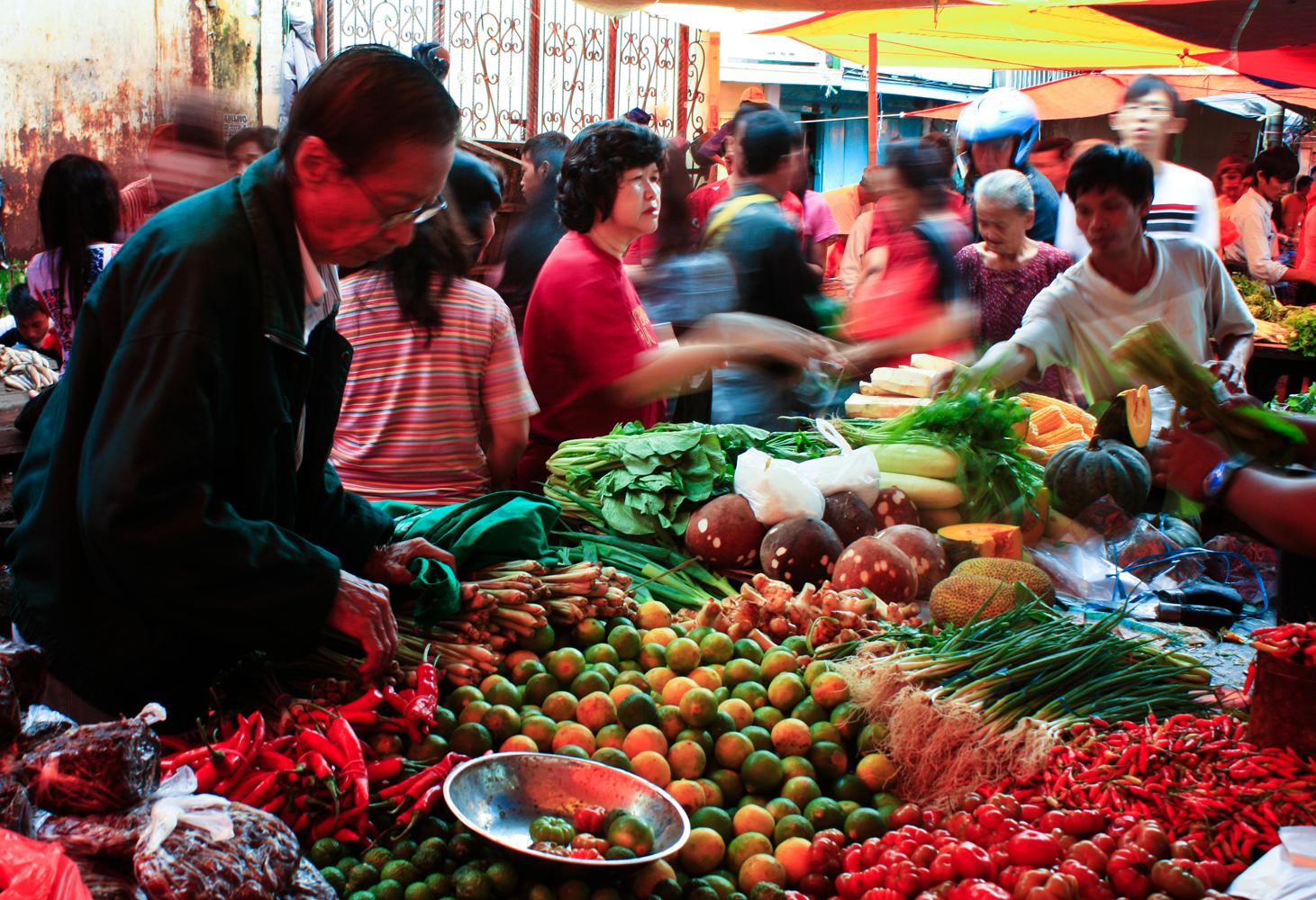 Suasana jual beli di pasar pecinan makassar, minggu, 22 januari 2012