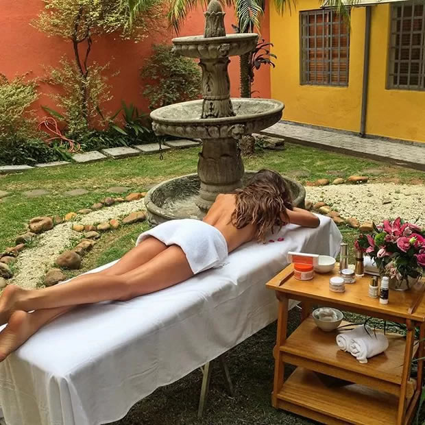 Modelo Izabel Goulart compartilha foto de massagem sem sutiã em rede social