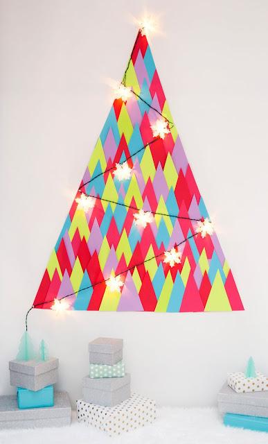 Árvores de natal criativa de parede feita com papel colado diretamente na parede e pisca-pisca