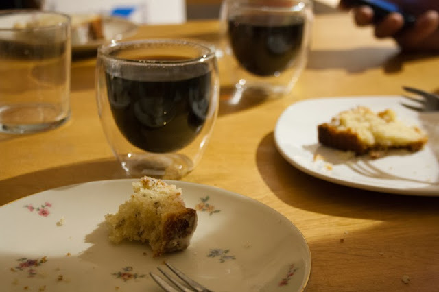 lavendelcake met een kopje koffie