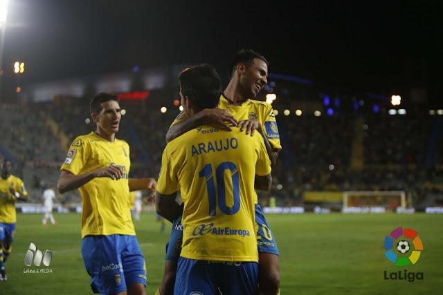 Araujo y Viera festejan un gol amarillo