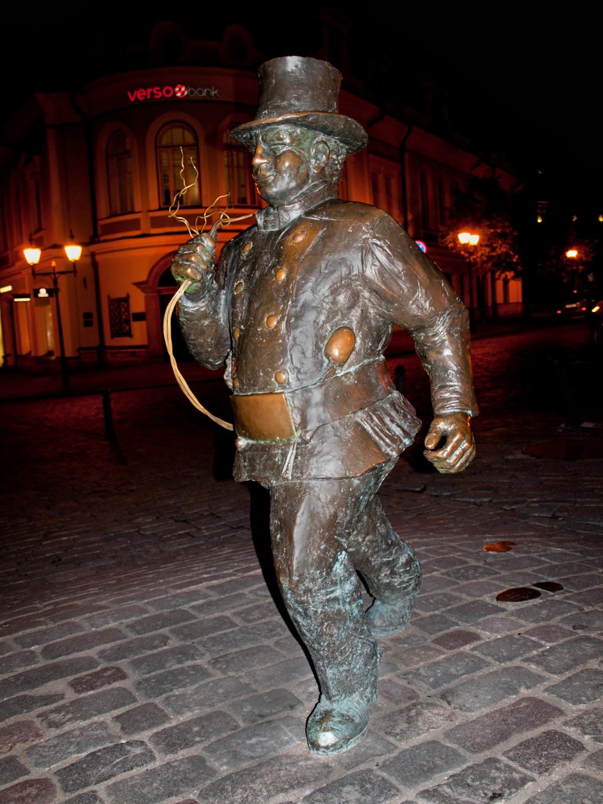 Памятник трубочисту в центре Таллинна