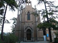 La façana principal amb pòrtic, de l'església de Sant Josep de la Colònia Pons