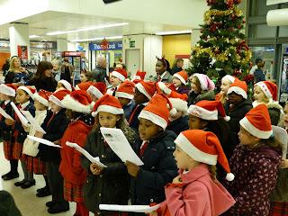 Дети поют Christmas carols  в местном супермаркете