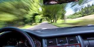 mobil dikemudikan dengan kecepatan tinggi