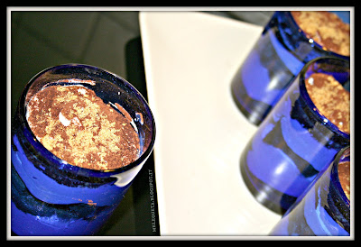 Tiramisù senza uova al profumo di cannella preparato nei bicchieri blu