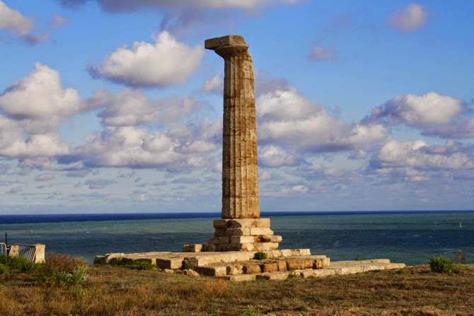 colonna dorica solitaria area archeologica Scifo Crotone Hera Lacinia