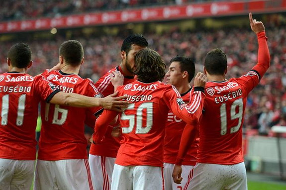 Benfica pay touching tributes to Eusébio during Porto match