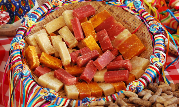 Em uma cesta decorada com fitas coloridas, coloque docinhos deliciosos