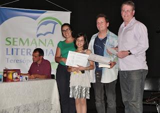 Professora Adalgisa de Carvalho e os finalisdtas Giulia Correa, Ozair Furtado, representando Moema Tavares, e Luciano Couto