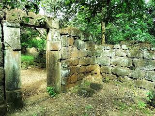 Ruínas aparentemente em apresentação original de uma casa indígena localizadas próximas à praça central de Concepción de La Sierra.