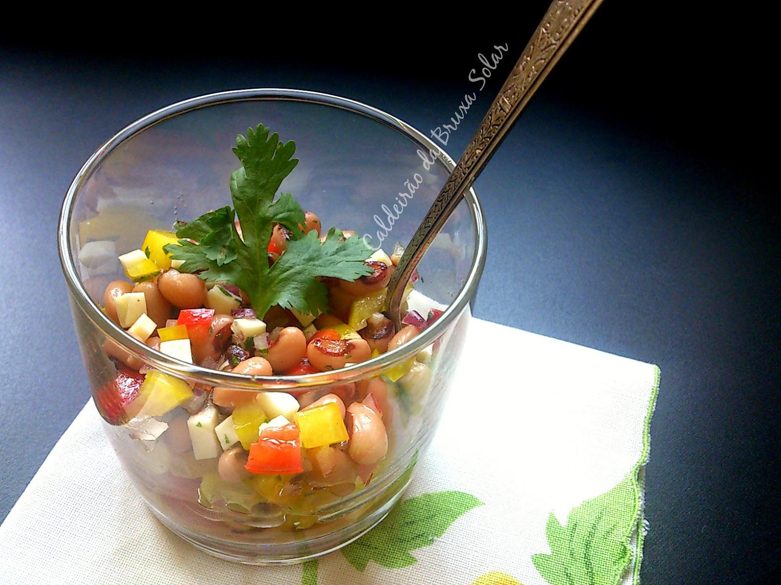 Salada de feijão fradinho, queijo coalho e coentro