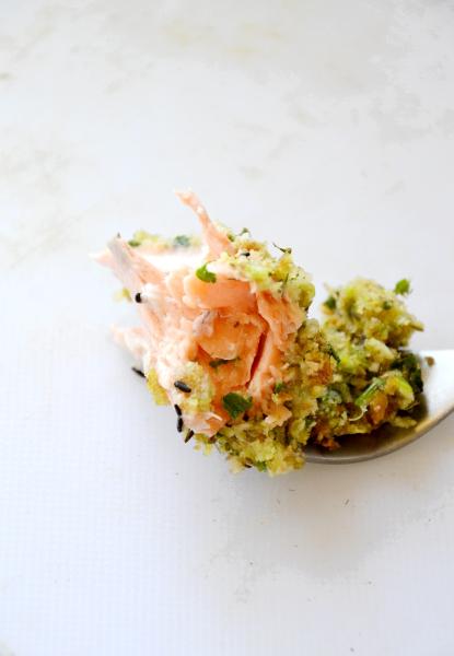 salmone in crosta di erbette: prezzemolo, origano e timo e cipollotti