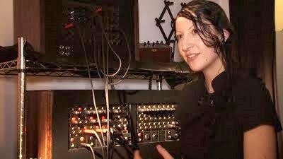La luthier y DJ neoyorquina Lori Napoleon con su sistema modular basado en una centralita telefónica de los años 30