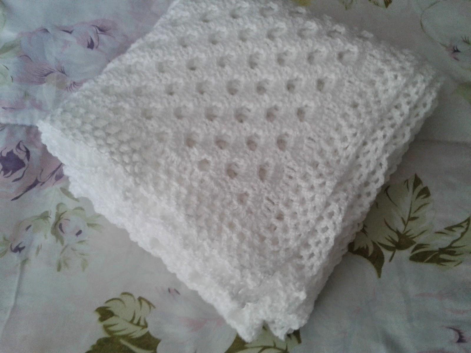 manta para bebê em crochê branca