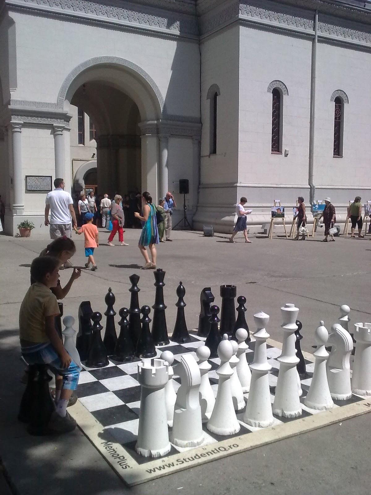 """şah mare aflat în curtea Bisericii armeneşti expus la  Festivalul """"Strada Armenească"""""""