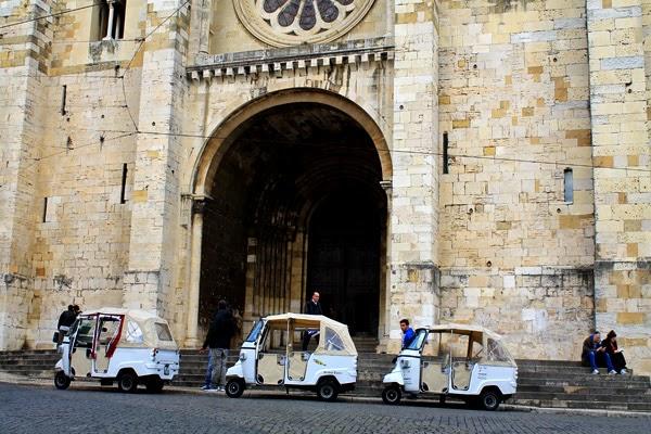 tuctucs catedral de lisboa portugal