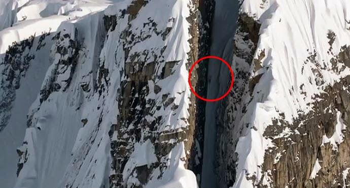 Cody Townsend, un skieur freeride, descend une montagne à pic.