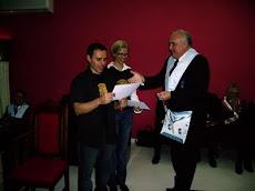 Recebendo condecoração na Maçonaria de Guarujá