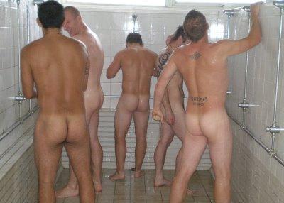 el resultado de innumerables hombres haciendo fila desnudos con unas