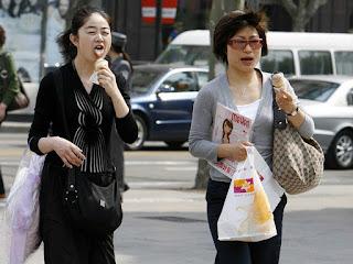 Atención no comas mientras caminas