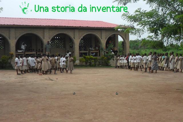 Bambini all'esterno della Scuola primaria della missione nel villaggio di Atchanvé, Togo, Africa