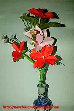 bunga ini dibuat dari kertas bekas dan cotton bud