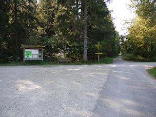 Kreuzung zwischen Via Julia und Rad-/Fußweg von Maxhof/München-Fürstenried im Forstenrieder Park