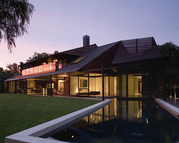Luxury-Home-Design-at-Lake-Edge-in-the-night