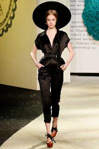 combinaison sexy et fluide en soie noire de la styliste russe Ulyanan sergeenko