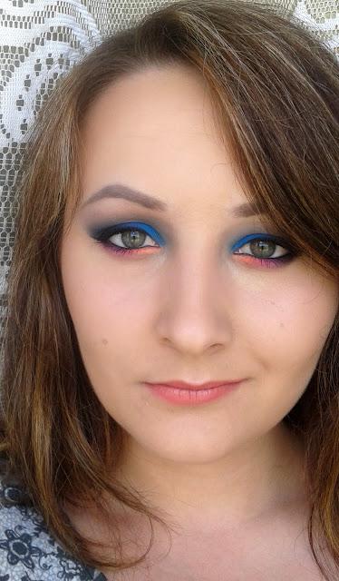 Mocne oko z neonowym akcentem - makijaż wieczorowy