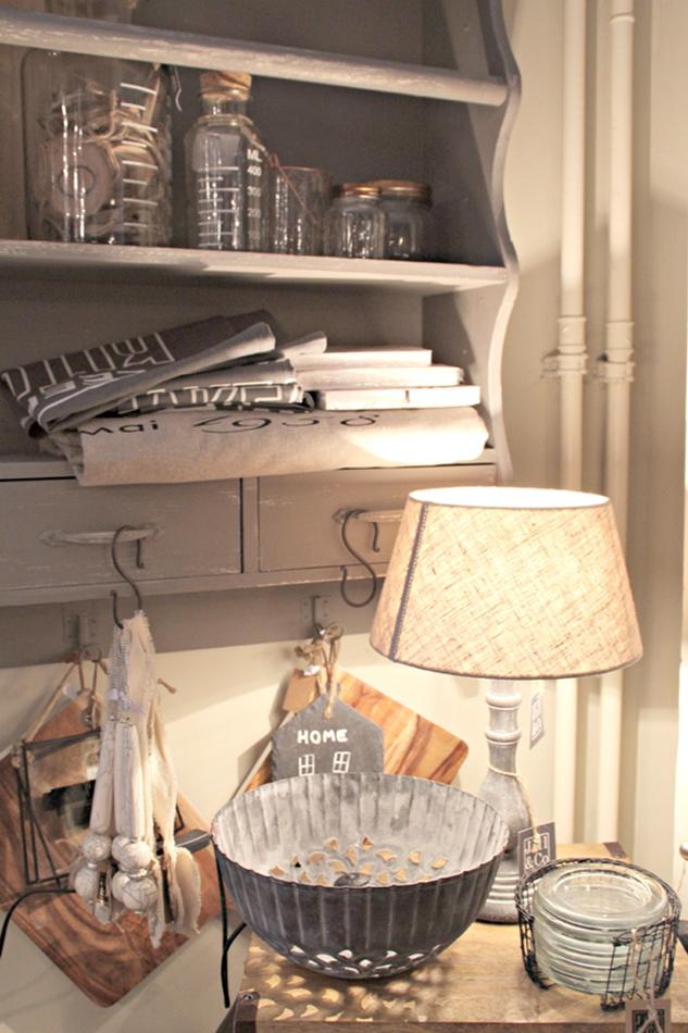 Dekoriertes Tellerregal mit Küchentüchern und diversen Schüsseln