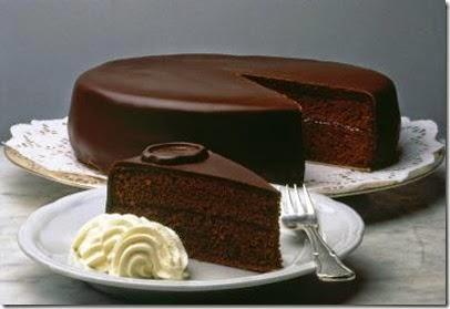 La tarta sacher, es la tarta de cual primero huyes si pretendes adelgazar. Es la tarta de chocolate por excelencia. Su origen tiene que ver con las excelencias de la época.