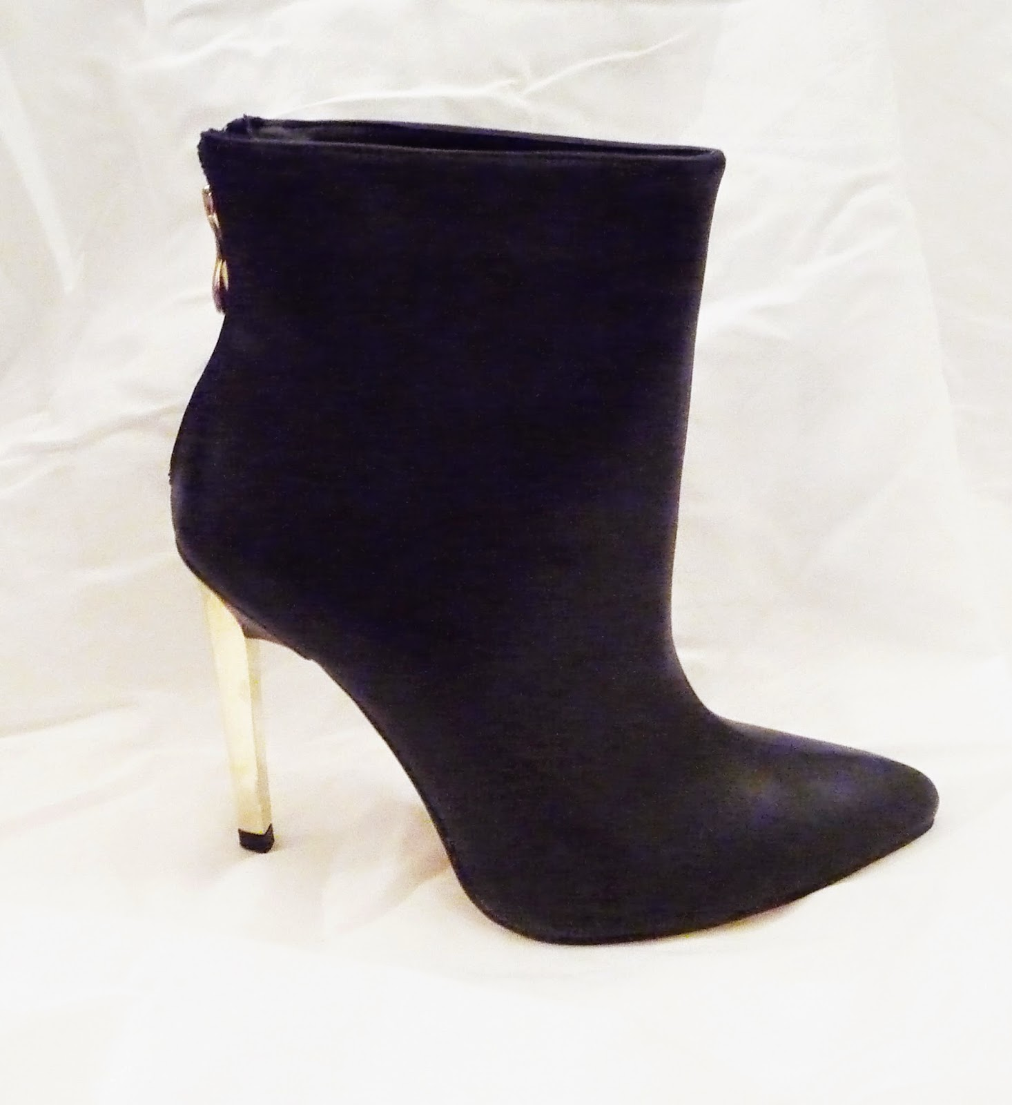 http://www.ebay.fr/itm/bottines-noires-femme-sexy-talon-dore-noir-37-38-39-40-pointues-tres-elegante-/301035209938?ssPageName=STRK:MESE:IT