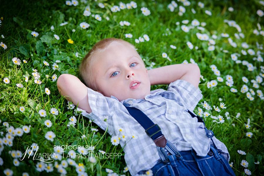 poiss murul-fotograafiga õues