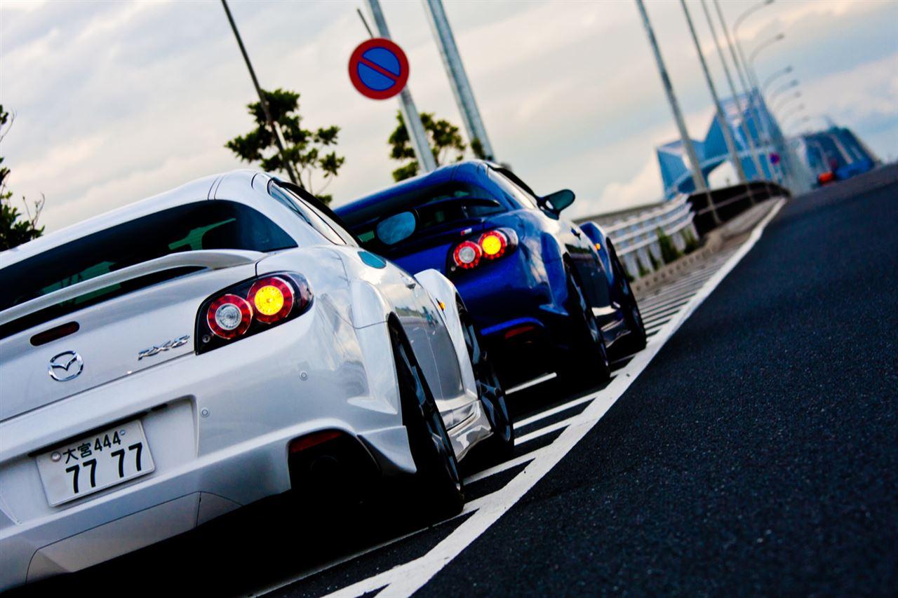 Mazda RX-8, oryginalny, ciekawy design, silnik Wankla, rotary, napęd na tył, biała, niebieska, tył, tuning, zdjęcia