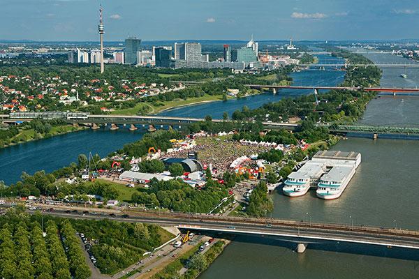 la Isla del Danubio desde los bosques de Viena
