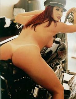 gata gostosa pelada moto