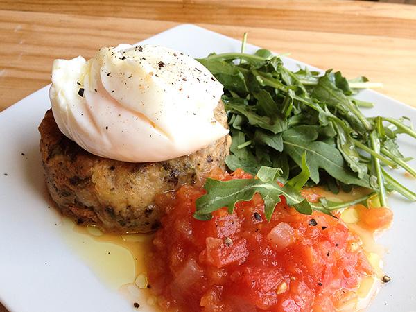 Receta: Pasteles de morcilla y patata con chutney de tomate, huevo pochadao y rúcula